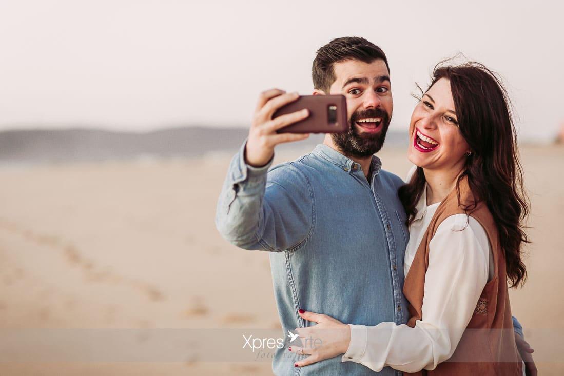 pareja riendo durante su reportaje preboda