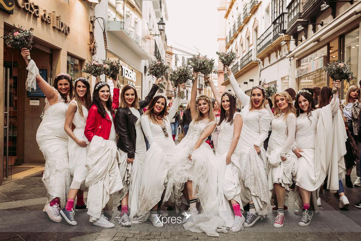 Novias paseando por la calle Sierpes en Sevilla