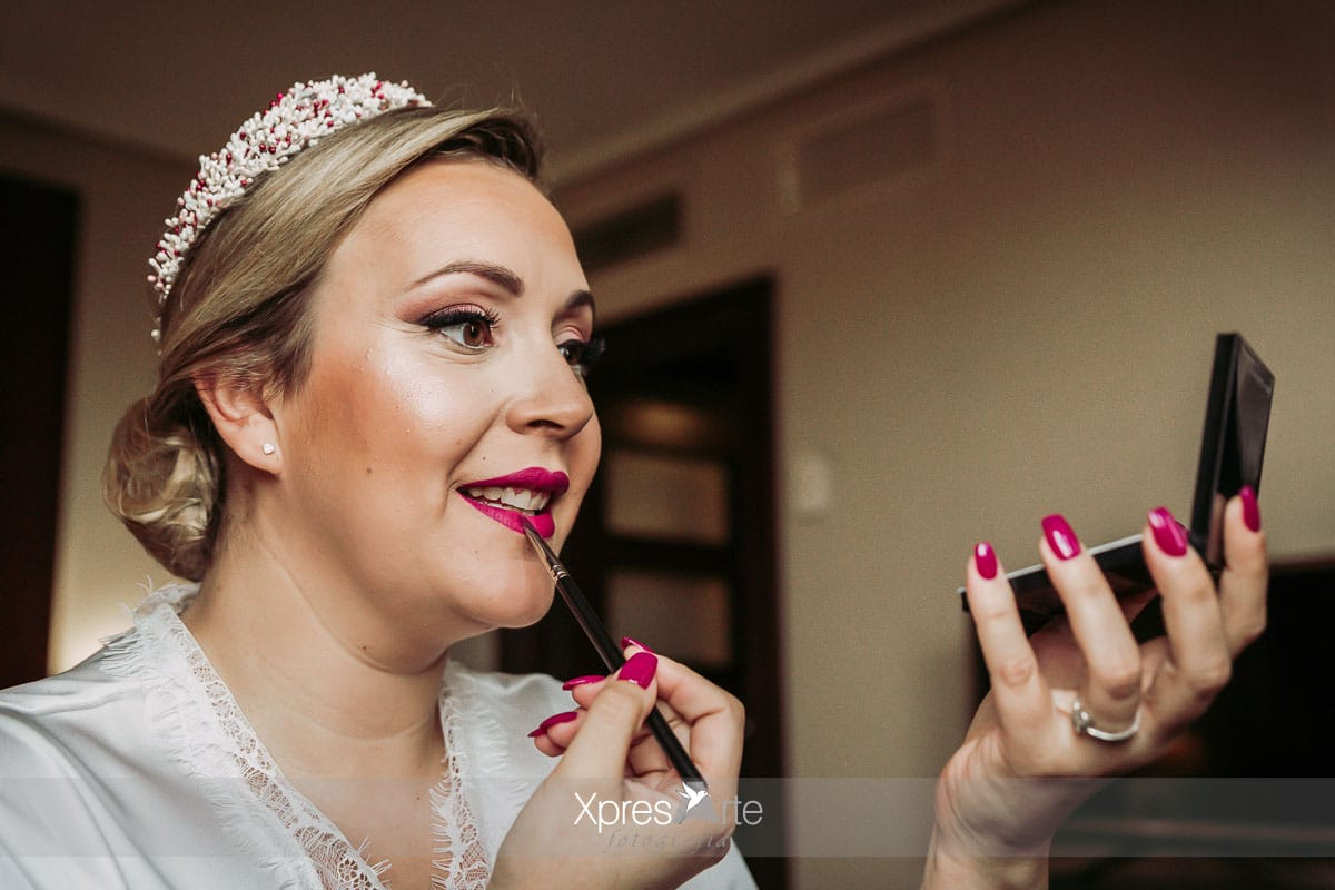 novia maquillandose