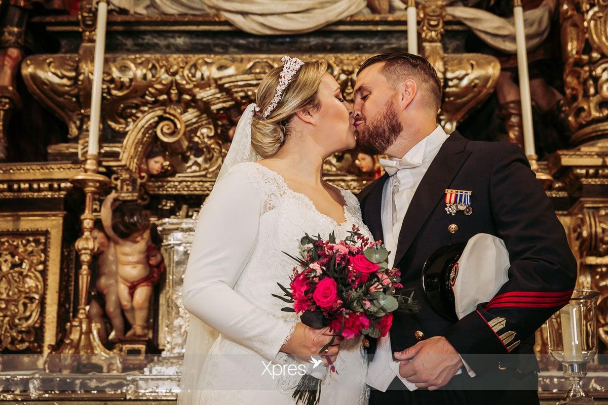 Beso de los novios en el altar