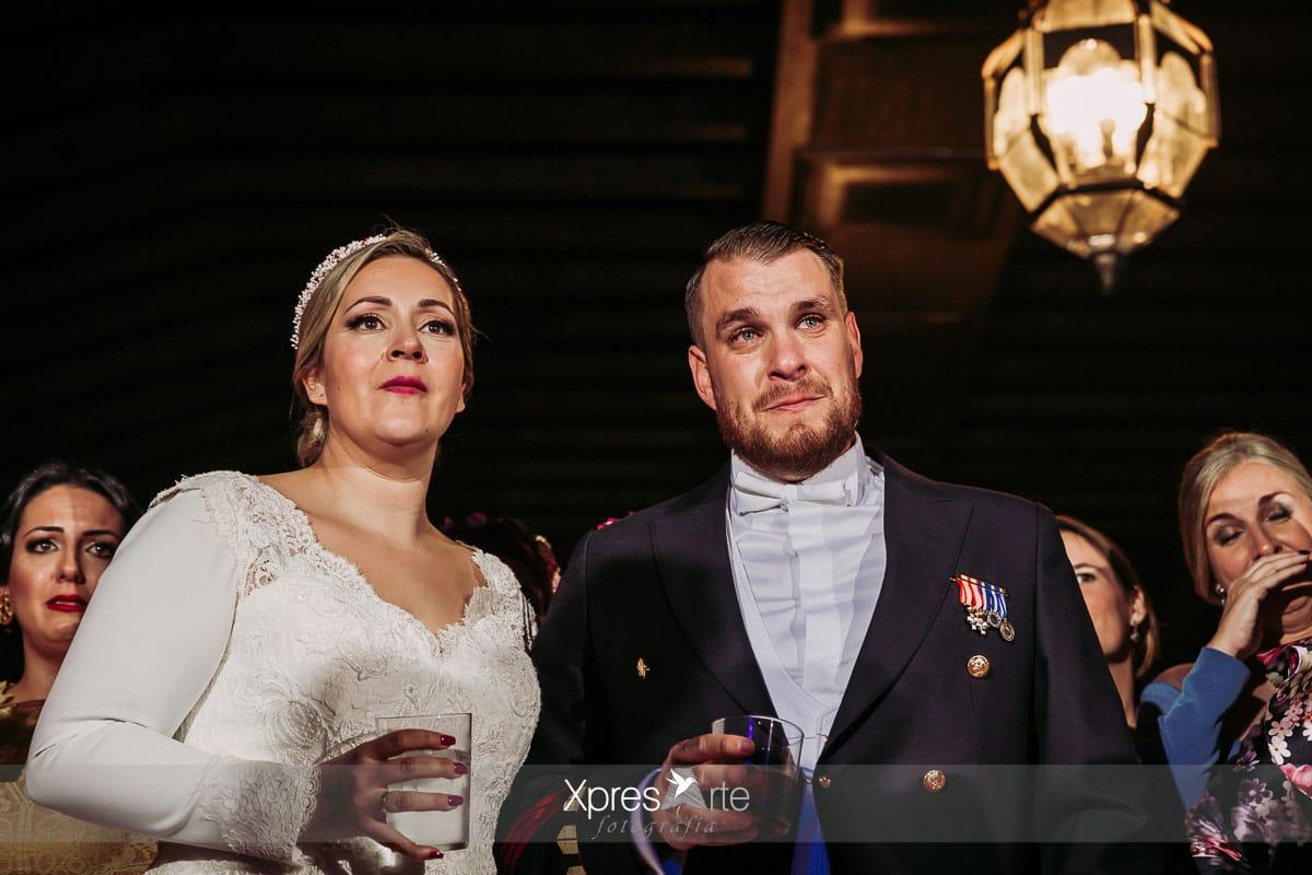 Novios emocionados en su boda