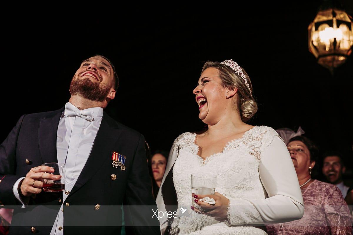 Risas y fiesta de boda