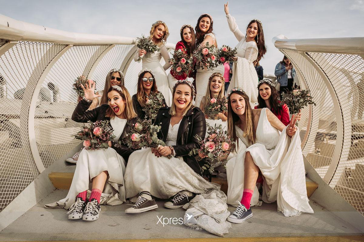 Novias con sus vestidos en las setas de Sevilla